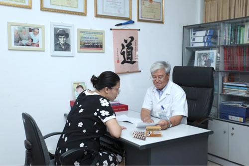GS- BS Vương Tiến Hòa đang tư vấn dùng canxi cho bệnh nhân