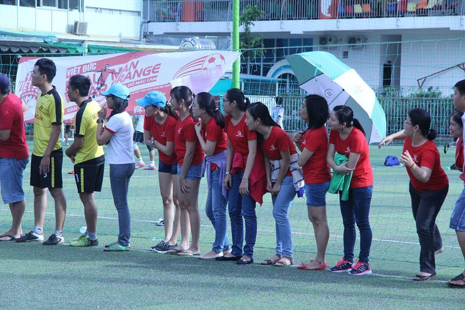 Cổ động viên đã theo sát chân các tuyển thủ, dù nắng hay mưa