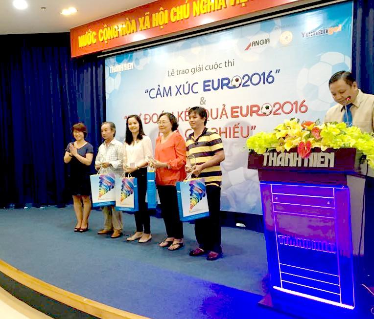 Ms Sen Trần - Trưởng phòng Marketing Đại Bắc Group đại diện nhãn hàng YumanGel - Thuốc dạ dày chữ Y lên trao giải cho độc giả