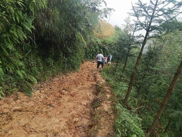 Con đường vào bản lầy lội khó đi